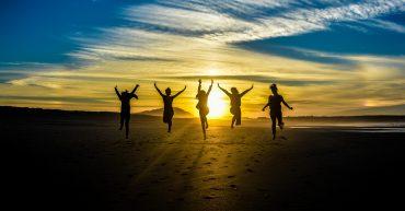 Západ slnka a ľudia