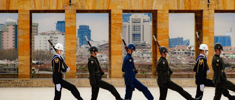 Disciplínovaný vojaci sa prechádzajú