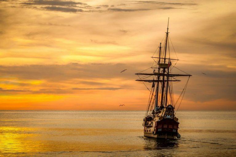 Loď sa plaví k západu slnka