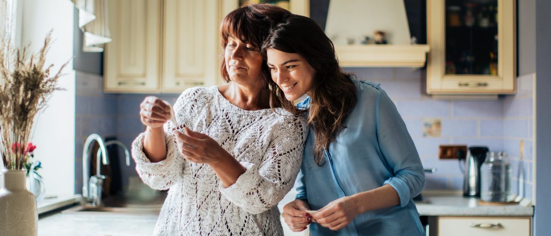 Deň mládeže mama a dcéra spolu pečú