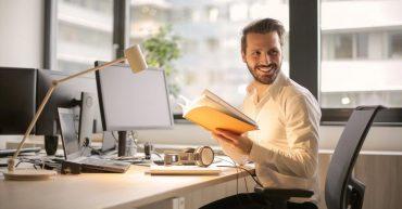 Muž pracuje v kancelárií